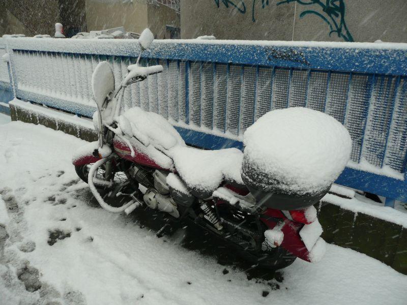 Ma moto sous 5cm de neige à 14h