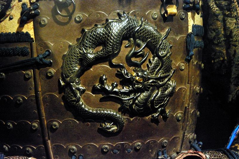 Détail de l'armure d'un samouraï : dragon noir enroulé en cercle
