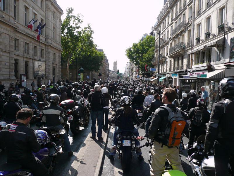 en moto, petit arrêt rue de Rivoli