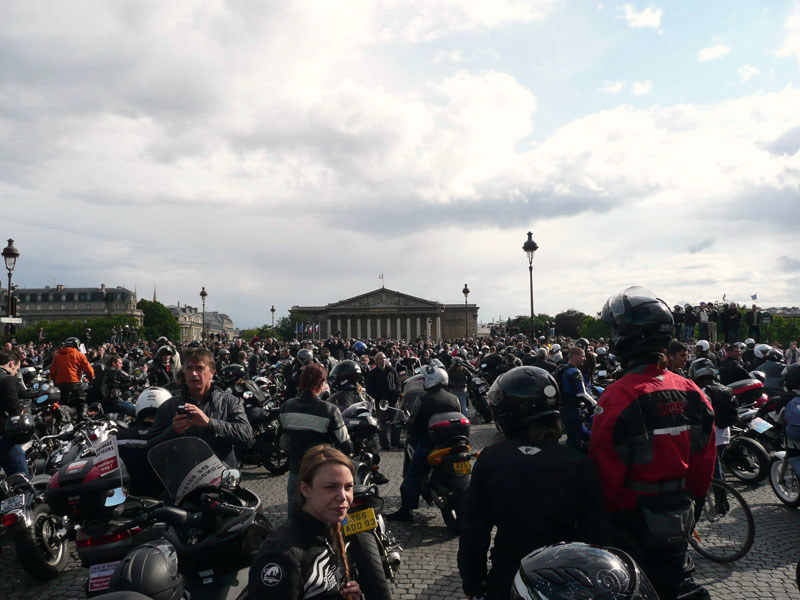 en moto, petit arrêt face à l'Assemblée Nationale