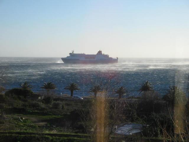 navire se mettant à l'abri, vue de travers