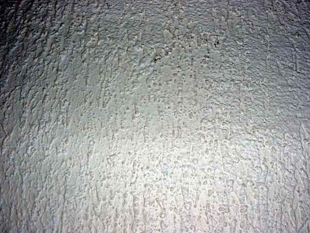 dégradé de blanc sur fond de crépi
