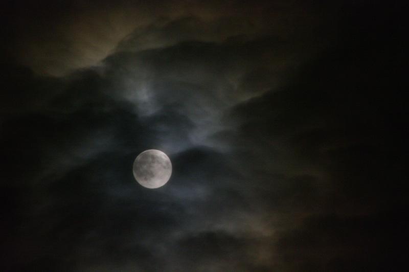 Lune et nuages