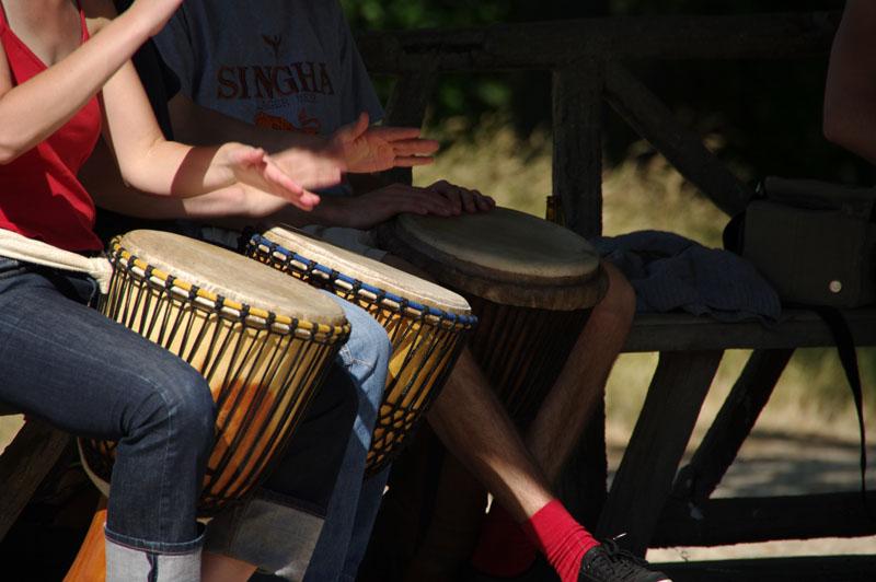 Photographie d'un groupe jouant du tambour