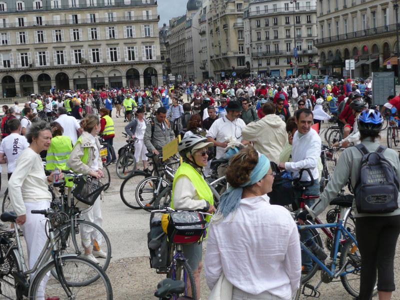 en vélo, rassemblement de toutes les sections place du Louvre