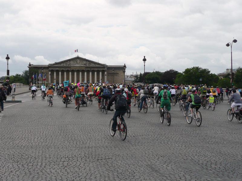 en vélo, petit arrêt face à l'Assemblée Nationale