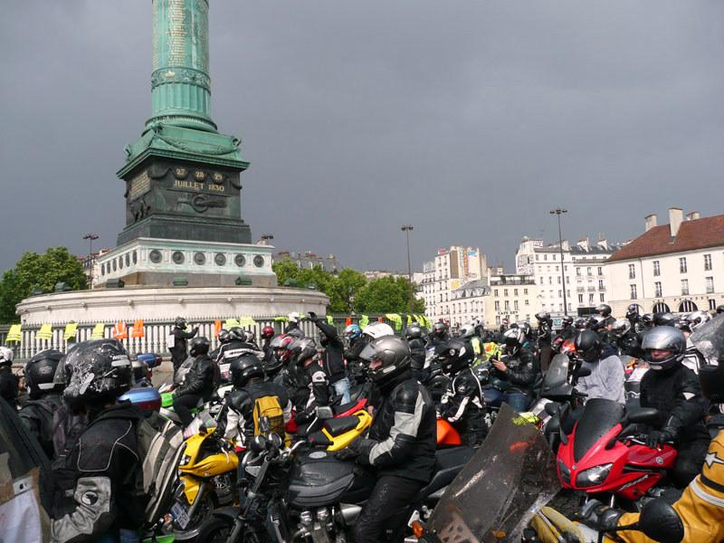 en moto, petit arrêt place de la Bastille