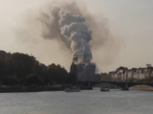 Notre Dame de Paris en feu, 19h01mn58, le panache de fumée s'agrandit