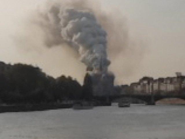Notre Dame de Paris en feu, 19h02mn03, le panache de fumée continue de grandir, le toit est enflammé
