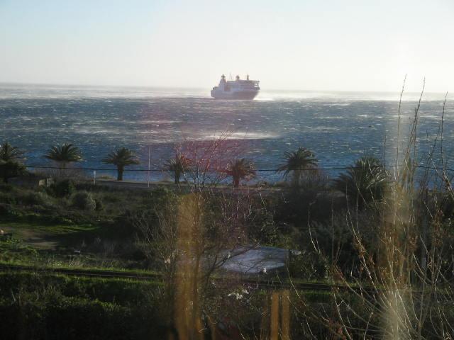 navire se mettant à l'abri, vue de 3/4 arriere
