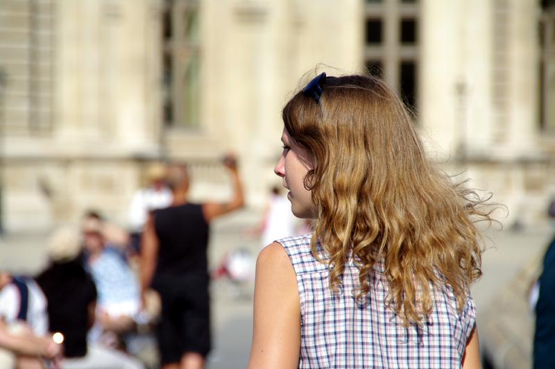 Jeune fille dans la cours du Louvres
