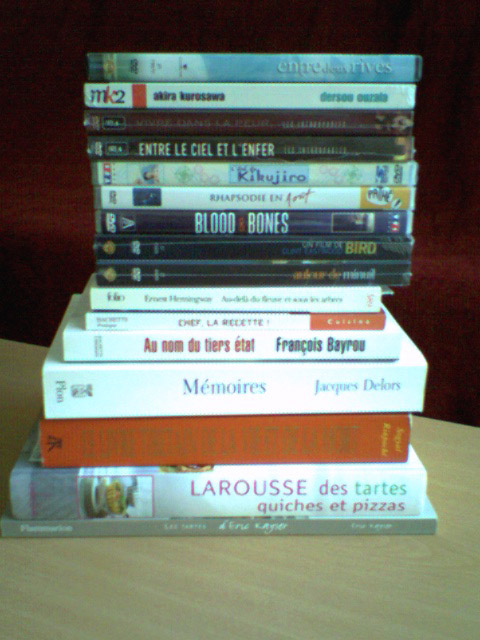 une pile de livres et DVD en attente